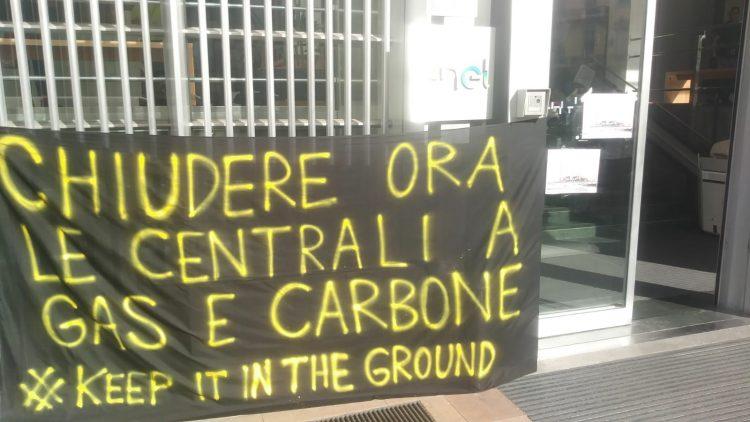 Occupata la sede dell'Enel a Milano. Basta greenwashing, chiudere subito tutte le centrali a gas e carbone!