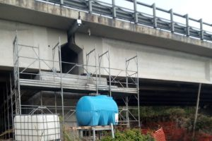 Autostrade d'Abruzzo, il viadotto tra fusti tossici, rifiuti di ogni tipo e la strada che sta cedendo