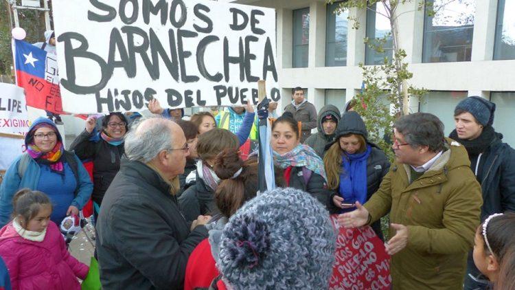 [Chili] Le député Tomas Hirsch et les voisins du quartier Lo Barnechea manifestent contre l'expulsion préconisée par le maire