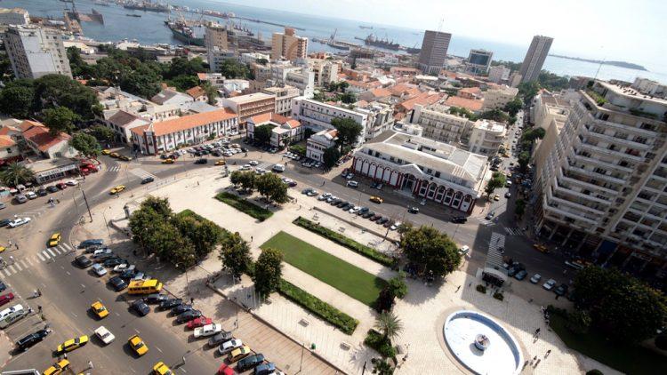 La place de l'Indépendance à Dakar (Sénégal). En arrière-plan le port et Gorée.