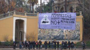 Chile: Feministas apoyan el paro docente con acción relámpago