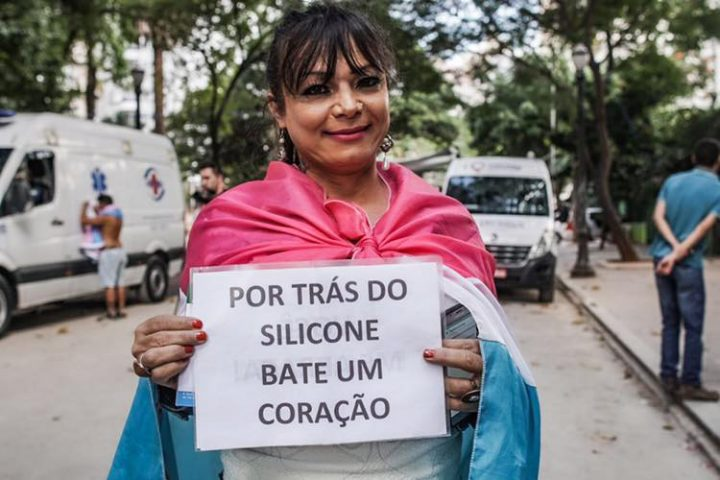 Mulheres caminham em São Paulo em protesto por visibilidade às lésbicas e bissexuais