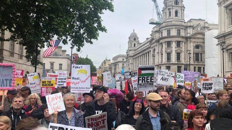 Londra, protesta ironica e creativa contro la visita di Trump