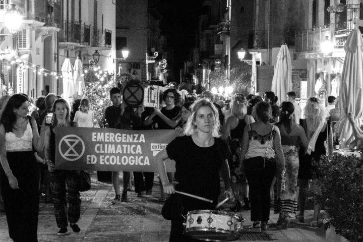 Extinction Rebellion inscena il Funerale del Nostro Futuro a Castellammare