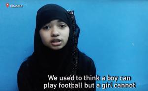 """Jogando contra o patriarcado: Meninas muçulmanas na Índia tomam o """"espaço masculino"""" e jogam futebol"""
