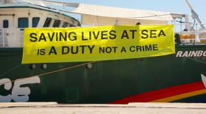 """Greenpeace: """"Salvare vite è un dovere, non un crimine"""""""