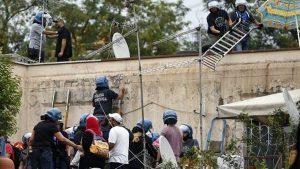 Roma: 84 menores echados a la calle «como perros» por un ejército de policías
