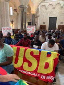 I braccianti USB occupano la Basilica di San Nicola a Bari