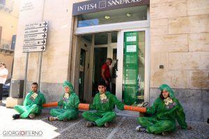 Manifestazione contro il cambiamento climatico, attivisti occupano l'ingresso della banca