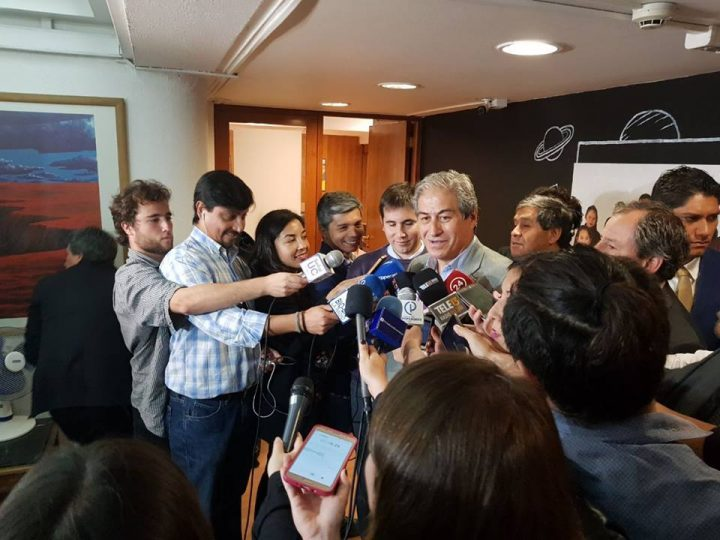 "Ao ritmo de ""Bella Ciao"", Mario Aguilar anuncia o fim da greve de professores no Chile"