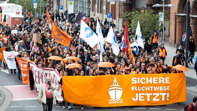 40.000 Menschen in 100 deutschen Städten demonstrieren für Solidarität mit Carola Rackete, den NGSs die Flüchtlinge retten, für die Rechte von Flüchtlingen sowie gegen die Kriminalisierung von Seenotrettung