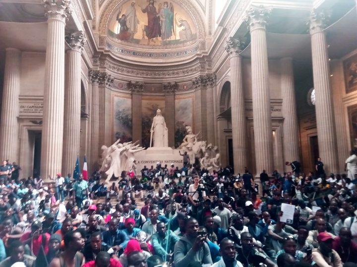 I Gilets Neri occupano il Pantheon di Parigi