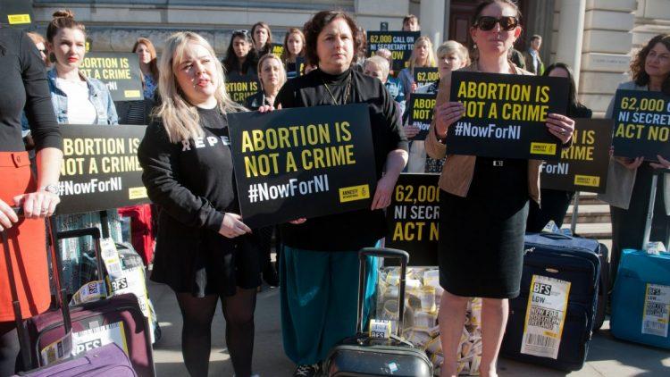 Irlande du Nord : le mariage égalitaire a force de loi, l'interdiction de l'avortement est levée