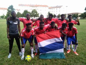 Fútbol para la unión de inmigrantes en ciudad Reggio Emilia, Italia