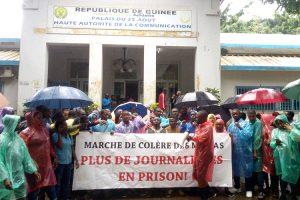 Enfrentamiento de la prensa de Guinea: las organizaciones profesionales de medios de comunicación organizan un plantón frente a la Alta Autoridad de Comunicación (HAC)