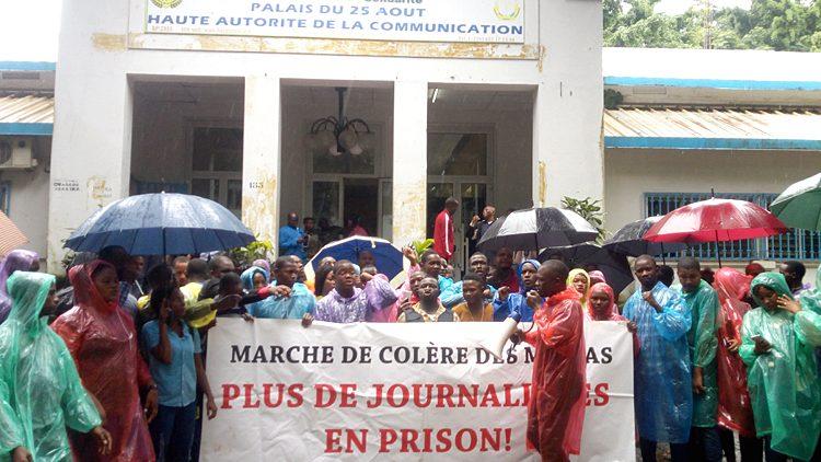 Musellement de la presse guinéenne : des organisations professionnelles des médias tiennent un sit-in devant la Haute Autorité de Communication (HAC)