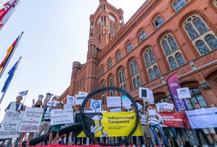 Auftaktaktion Volksentscheid Transparenz vor dem Roten Rathaus in Berlin