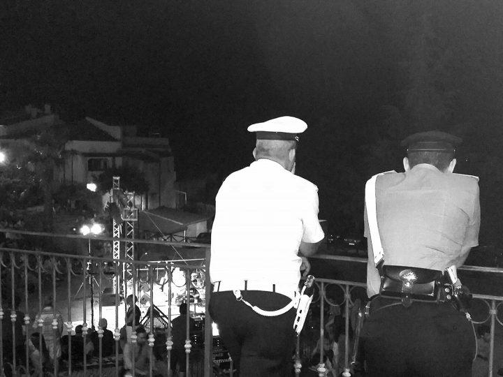 Vauro parla nella piazza, forze dell'ordine assistono