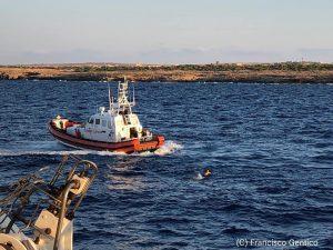 """""""Sulla Open Arms la situazione è disperata"""": i migranti si gettano in mare"""