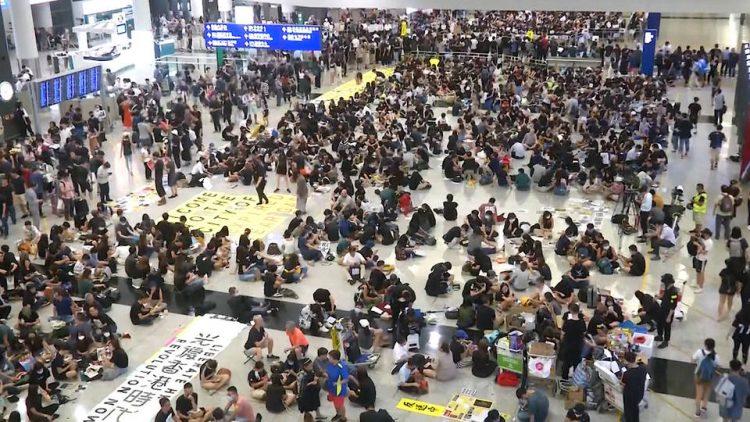 Des centaines de manifestants pro-démocratie à Hong Kong occupent l'aéroport