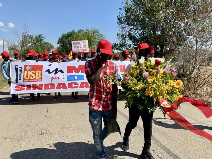 I berretti rossi USB marciano in ricordo dei 16 braccianti morti e annunciano una grande manifestazione a novembre davanti al Parlamento