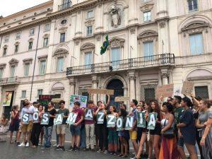 S.O.S. Amazzonia: e i giovani romani l' hanno urlato sotto l' Ambasciata del Brasile