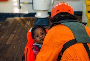 Migranti: salvataggi, minacce e dissequestri