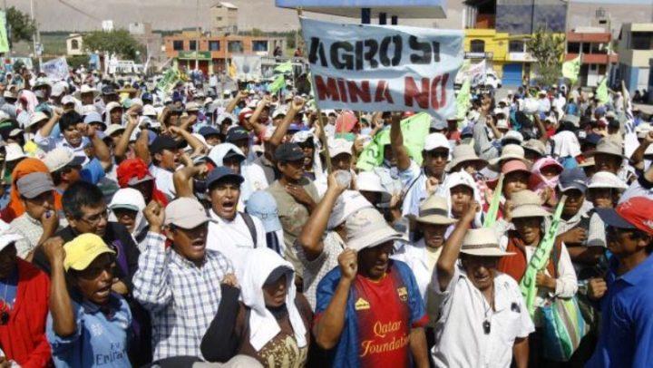 Arde Perú. En medio de protestas suspenden minera Tía María