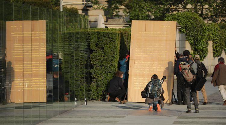 """Wie sehr leben Sie den Geist der Verfassung Herr Dr. Schäuble? - """"Artikel 20 GG""""-Künstlergruppe macht den Praxistest"""