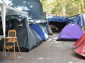 Λατινοαμερικάνοι πρόσφυγες κοιμούνται στους δρόμους του Παρισιού