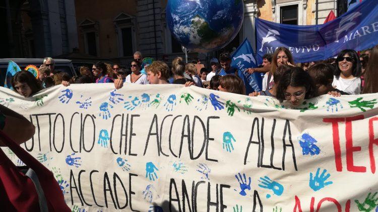 Die Bilder des heutigen Klimastreiks in Italien, an dem über 1 Millionen Menschen teilnahmen. Dazu kommen noch 27 andere Länder, in denen heute - so wie auch vergangenen Freitag in zahlreichen weiteren Ländern, darunter Deutschland - ein radikaler Wandel für eine bessere, menschlichere und gesündere Zukunft auf diesem Planeten gefordert wird.