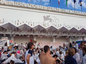 Venezia, attivisti per il clima occupano il Red carpet della mostra del cinema