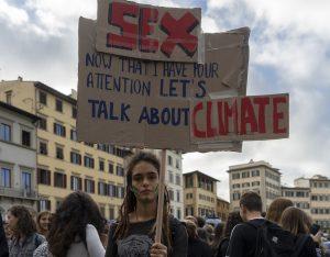 Florencia pintoresca, irónica y decidida durante la manifestación de Fridays for Future
