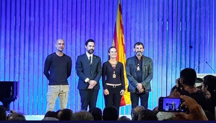 Carola Rackete e Oscar Camps ricevono la Medaglia d'Onore del Parlamento catalano
