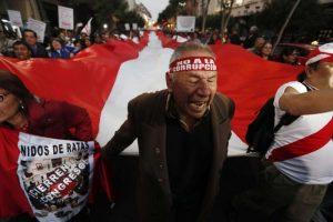"""[Perú] Galería: Ciudadanos piden """"que se vayan todos"""" antes del Bicentenario"""