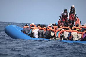 L'Ocean Viking salva 50 migranti. Altro tentato suicidio sulla Alan Kurdi