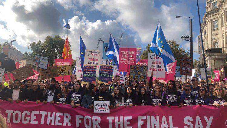 Un million de manifestants anti-Brexit marchent dans les rues de Londres pour exiger le vote du peuple