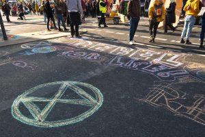 Ativistas ambientais bloqueiam trânsito em Berlim