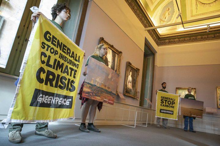 Roma, Greenpeace in azione allestisce mostra sui cambiamenti climatici a evento sponsorizzato da Generali