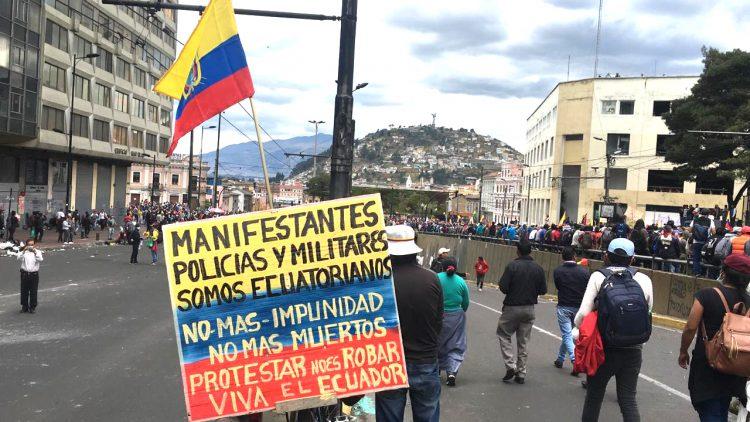Multitudinaria manifestación va llegando al centro de Quito.