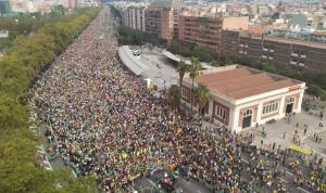 Greve contra condenação de líderes pró-independência leva milhares às ruas na Catalunha