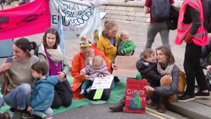 Protesta di Extinction Rebellion all'aeroporto di Londra