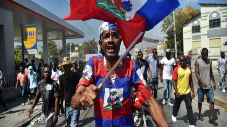 "Proteste a Port-au-Prince, ottobre 2011, ""Occupazione. Lunga vita Haiti sovrana."""