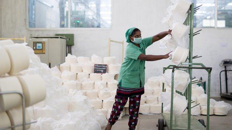 lavoratrice tessile indiana