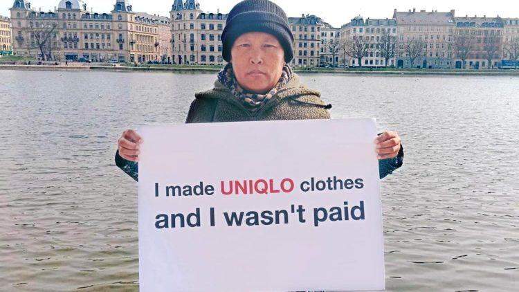 """""""Yo hice ropa para Uniqlo y no me pagaron"""", reza un cartel dentro de la campaña para exigir a la multinacional japonesa que cumpla con sus obligaciones tras el cierre de una fábrica en Indonesia."""