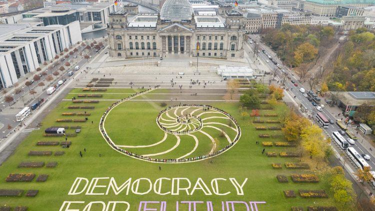 Democracy for Future: Aktion auf der Reichstagswiese des Bürgerrates Demokratie