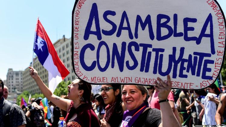 Manifestazione di fronte alla Moneda, la sede del presidente della Repubblica, a Santiago del Cile