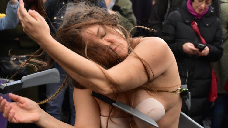 Performance : Femmes aux couteaux
