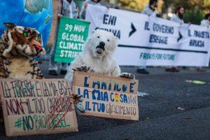 Attivisti di FFF si incatenano davanti all'ENI di Roma: basta con gas e petrolio