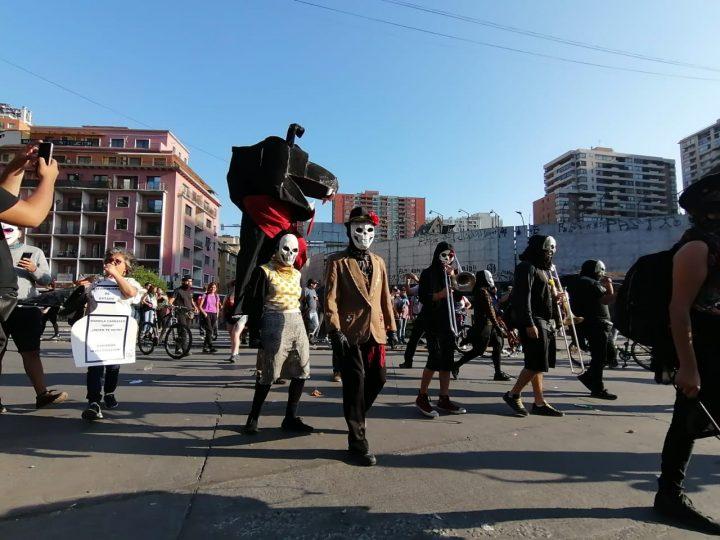 Chile. A casi un mes del alzamiento, Piñera tiembla frente al despeñadero